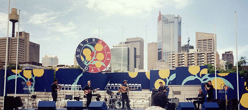 Bob Howe - Sydney 1995, onstage with SLIM DUSTY at Darling Harbour